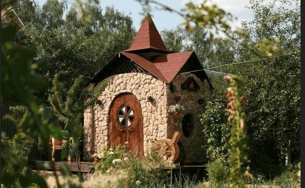 Необычное дизайнерское решение при строительстве туалета на дачном участке
