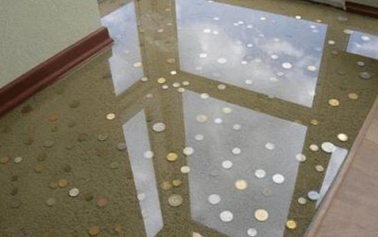 Наливной полимерный 3 D пол с использование декора в виде песка, камней и разбросанных монет