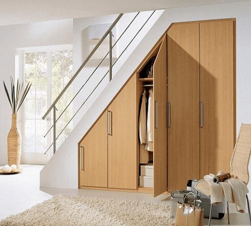 Простейший шкафчик под лестницей с распашными навесными дверцами