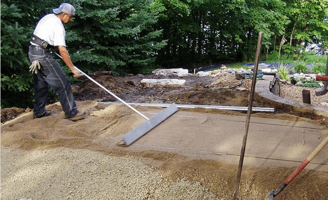 Засыпка и разравнивание песка в котловане для патио