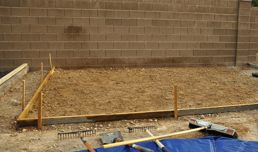 Разметка площадки для патио с помощью колышков и веревки
