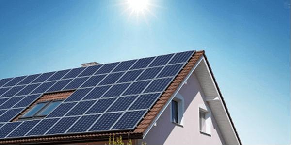 Солнечные батареи, покрывающие крышу частного дома