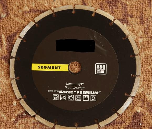 Стальной 230 миллиметровый диск для резки камня и бетонных изделий без каких-либо проблем разрезает брусчатку
