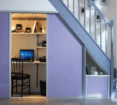 Оборудованный под лестницей уголок школьника очень компактный и удобный