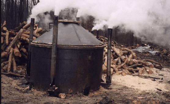 Приготовление древесного угля в металлической бочке
