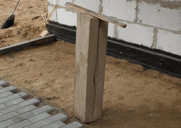 Ручная самодельная трамбовка из бруса 20х20 см