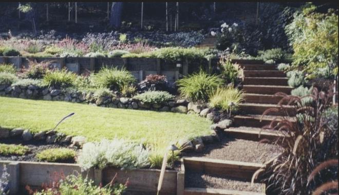 Пример террасирования земельного участка с применением различных искусственных и естественных объектов