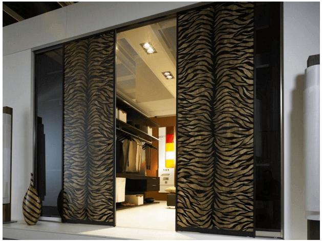 Гардеробная комната с раздвижными дверями