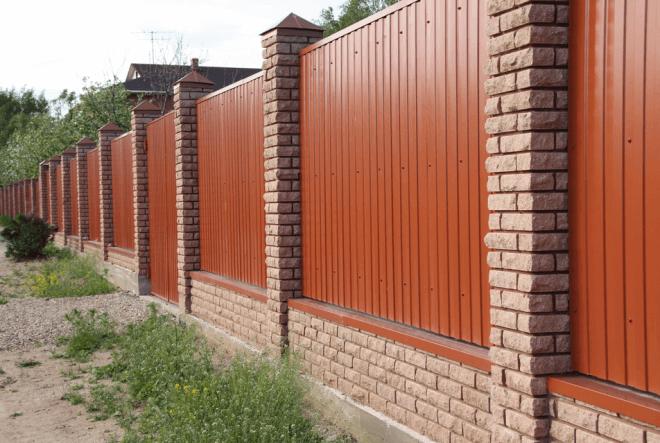 Кирпичный забор является основательным капитальным сооружением, которое говорит о состоятельности его хозяина.