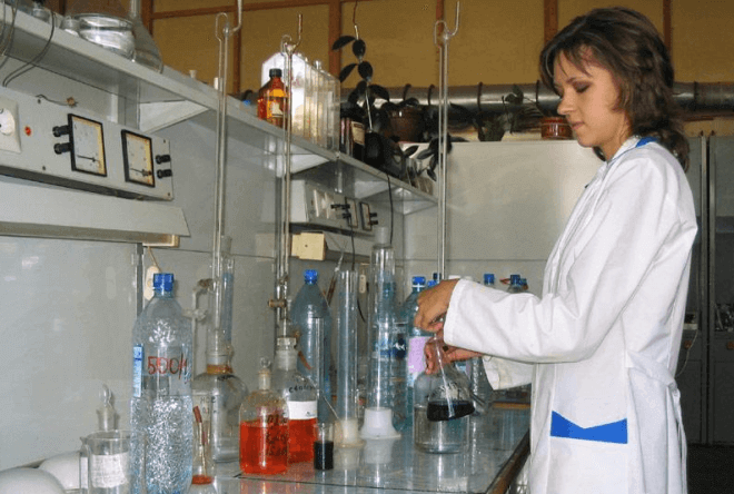 Главным образом для анализа в лабораторию доставляют воду в пластиковой таре из-под минеральной воды или в стеклянных банках
