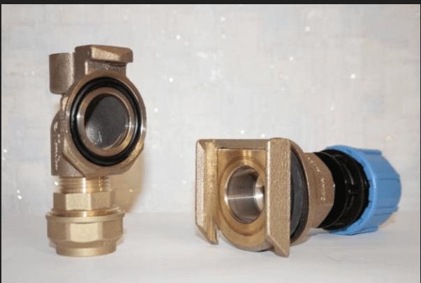 Скважинный адаптер имеет две составные части. Одна часть вставляется в отверстие на обсадной трубе, а вторая присоединяется к шлангу, ведущему от насоса.