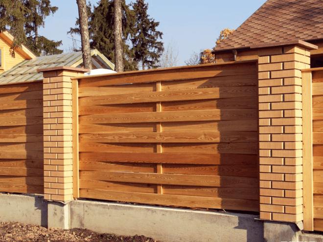 Оригинальный комбинированный забор с деревянным наполнителем