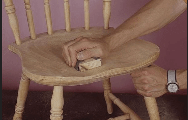 Отшлифованный стул после реставрационных работ