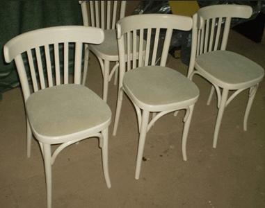 Несколько отреставрированных стульев