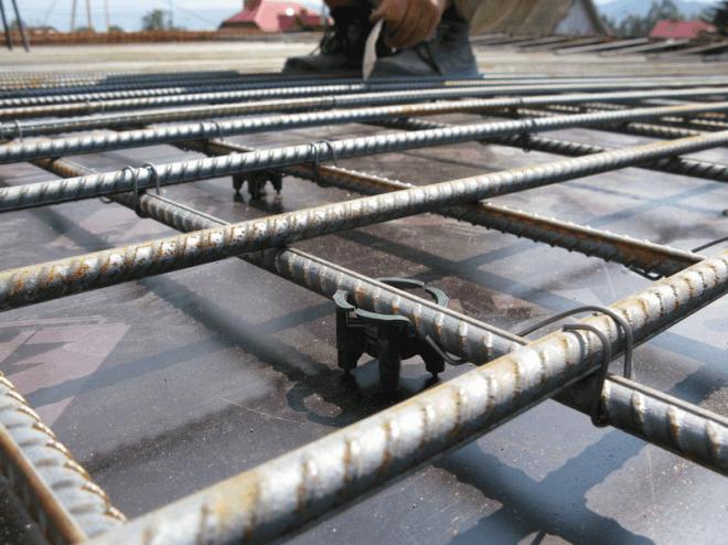 Уложенная правильно арматура для заливки бетонного пола. Так она окажется в самой толще бетонного монолита.