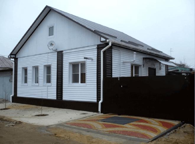 Дом с фасадом из металлосайдинга
