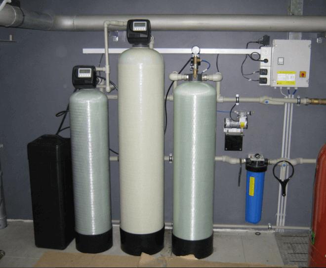 Чтобы вода в скважине очищалась до идеального состояния, требуется установить на водопровод целую систему фильтров, задачей каждого из который является борьба с конкретной проблемой