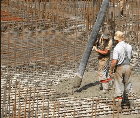 Заливка бетона из бетононасоса