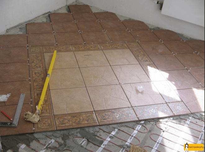 Керамическая плитка в процессе укладки