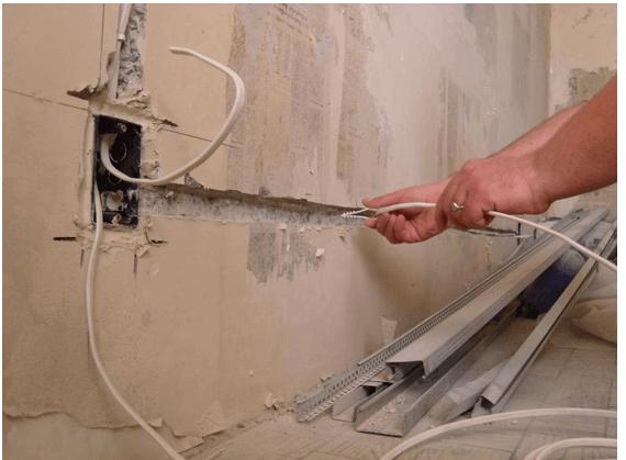 Прокладка проводки внутри стены.