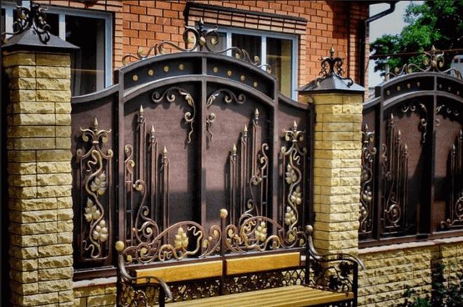 Шикарный кованный забор с кирпичными столбиками