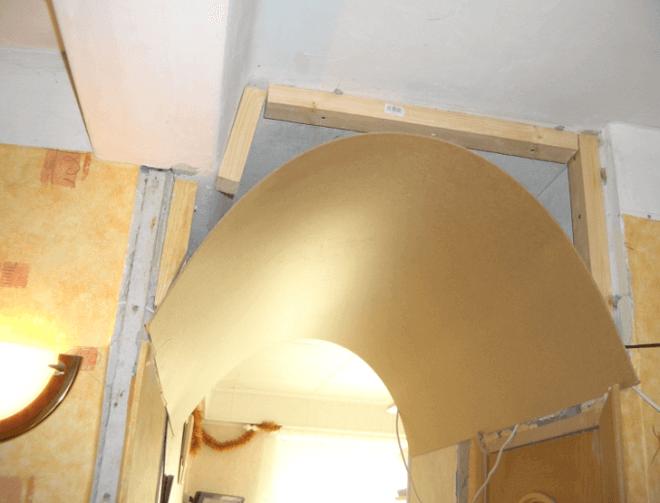 Тонкая фанера образует требуемый свод для арки