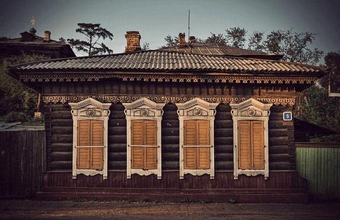 Старинный деревянный дом, потолки в котором скорее всего очень низкие