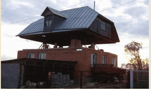 Приподнятая над домом крыша дает возможность устроить второй этаж или мансардное помещение без демонтажа кровельных конструкций