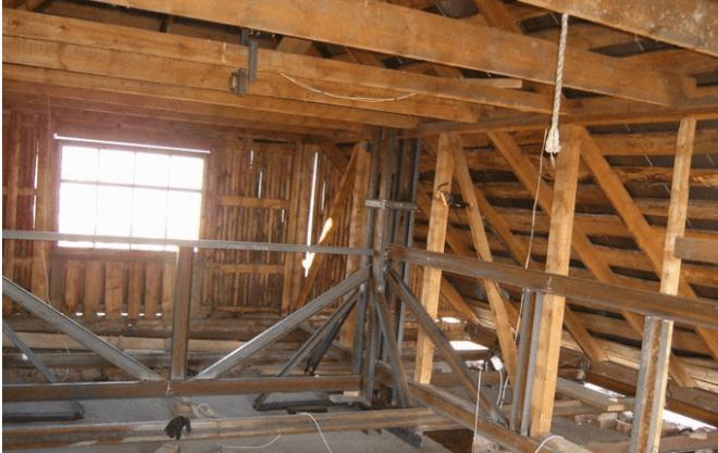 Конструкция, изготовленная из металлических швеллеров, позволяет безопасно поднять всю крышу на нужную высоту
