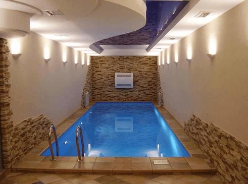 Внутренний бассейн, устроенный в специально отведенном для этой цели помещении