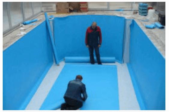 Начало работ по укладке пленки на поверхность чаши бассейна