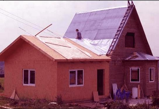 Замаскированный стык между пристройкой и домом