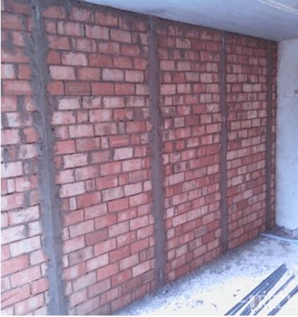 Цементные маяки образуют ровную поверхность направляющих из раствора, имеющую вид полос, по которой будет производиться оштукатуривание стены