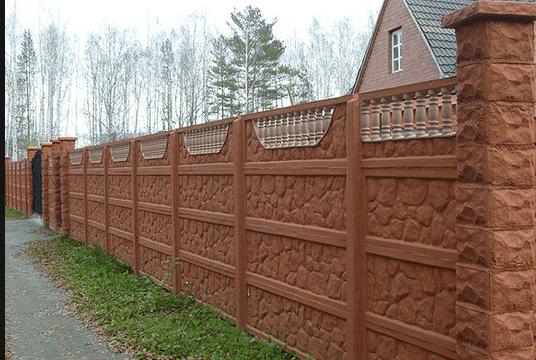 Забор из бетона не обязательно должен иметь серый цвет
