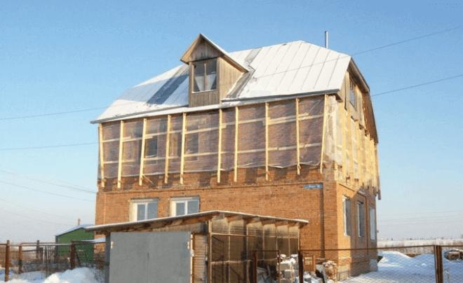 Крыша, поднятая на максимальную высоту, дала возможность построить второй этаж в доме