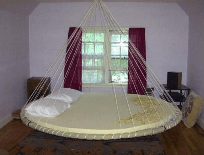 Подвесная авангардистская кровать