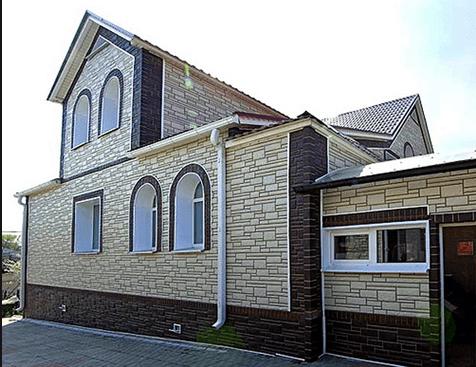 Дом, отделанный цокольным сайдингом