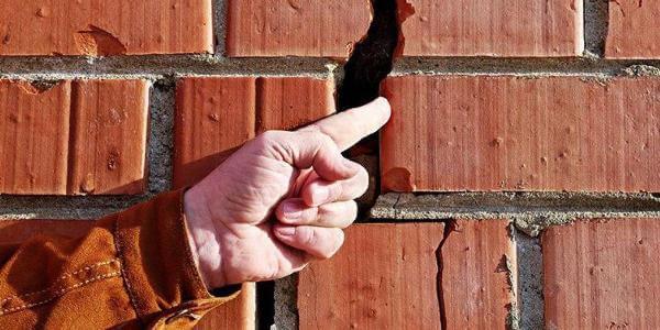 Причины, вследствие которых появляются трещины в стене дома