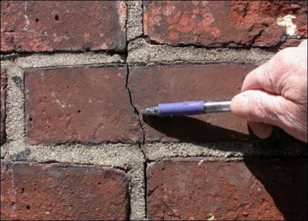 Мелкие трещины, в результате усадки дома