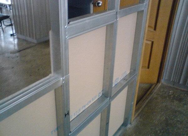Обшивка каркаса и установка двери