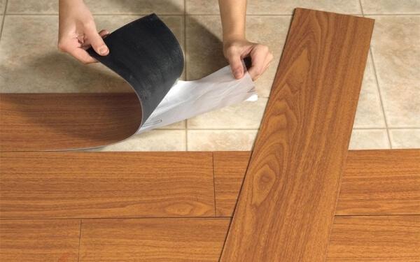 Изделия отличаются по способу монтажа, самоклеящаяся плитка